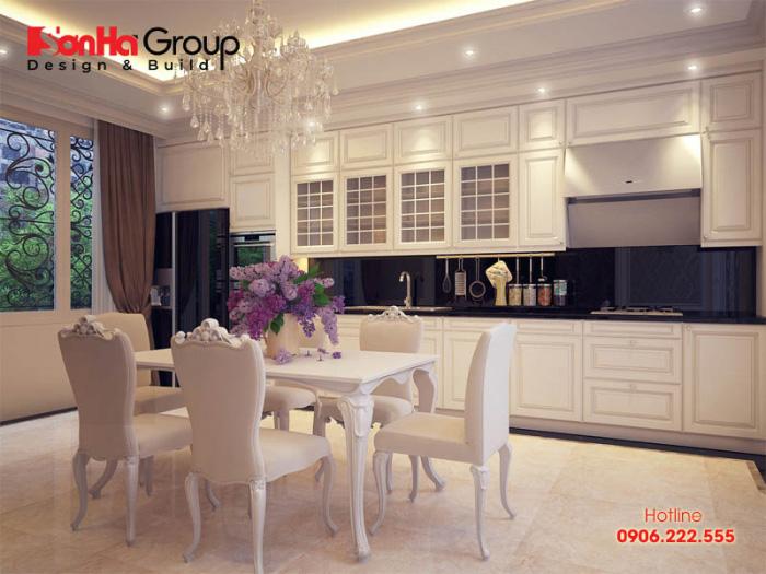 Thiết kế nội thất phòng bếp được đánh giá cao nhờ việc lựa chọn gam màu sáng và sử dụng vật liệu gỗ công nghiệp vô cùng cao cấp