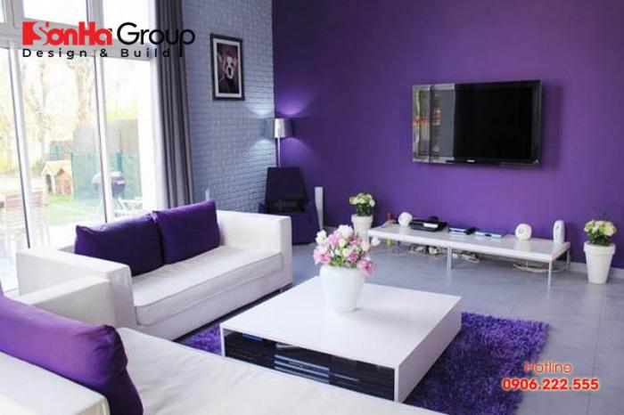 Trang trí nội thất phòng khách phong thủy cho người tuổi Bính thân với gam màu tím