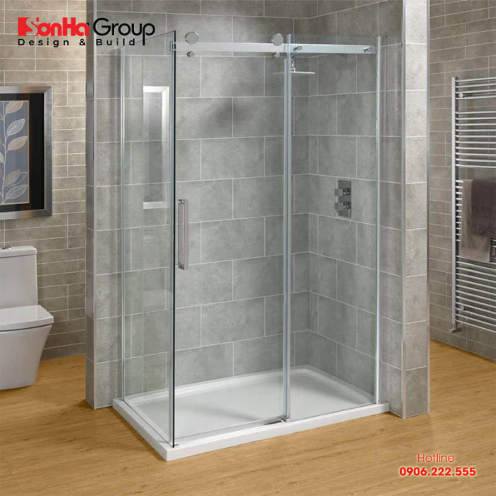 Phòng tắm kính được tạo thành bởi vách kính cường lực có độ dày 8 – 12mm được liên kết với nhau bởi phụ kiện kim loại