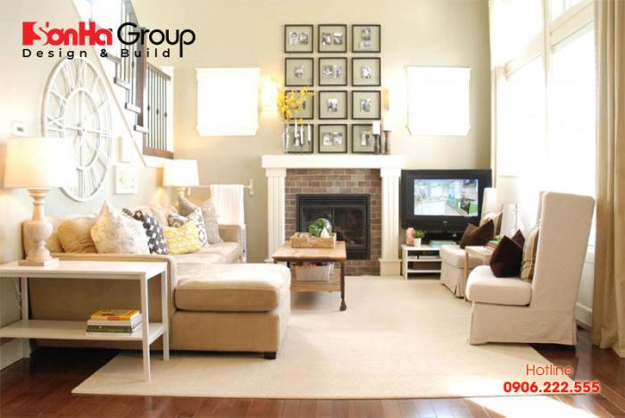 Cảm giác dịu dàng và bình yên trong căn phòng khách sử dụng gam màu trắng ngà chủ đạo