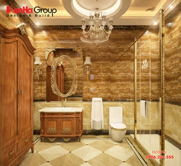 Chỉ với điểm nhấn nhá của hệ đèn chùm và các hoa văn ở kệ để đồ, bồn rửa mặt cũng đủ làm nên phong thái sang trọng của phòng tắm cổ điển này