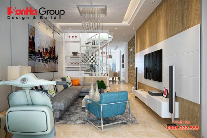 Không gian nội thất phòng khách nhà phố hiện đại trẻ trung, bày trí với gam màu cá tính theo sở thích của chủ nhân ngăn cách khu bếp bằng vách CNC họa tiết đẹp