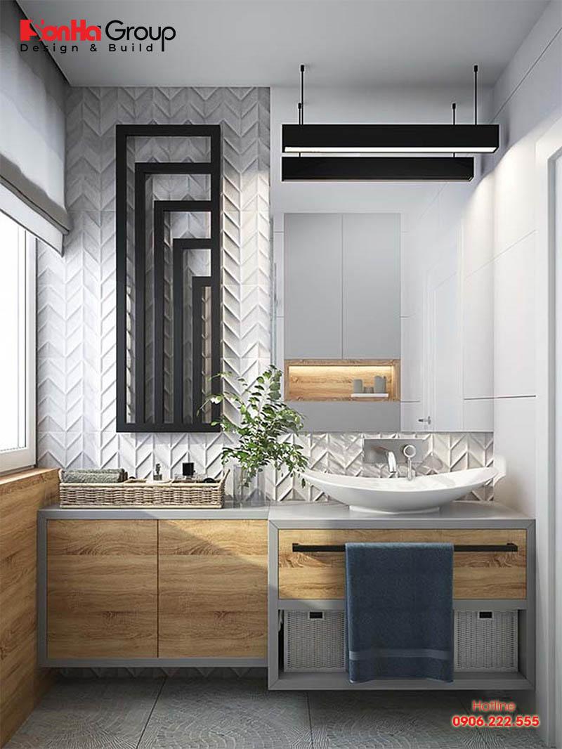 Không gian phòng tắm nhỏ được cân bằng màu sắc giữa màu đen của tường và màu trắng của nội thất rất hài hòa
