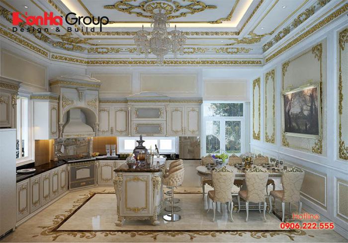 Khu vực bếp nấu và bàn ghế ăn với hơi hướng tân cổ điển sang trọng từ nội thất gỗ được bày trí ngăn nắp khoa học