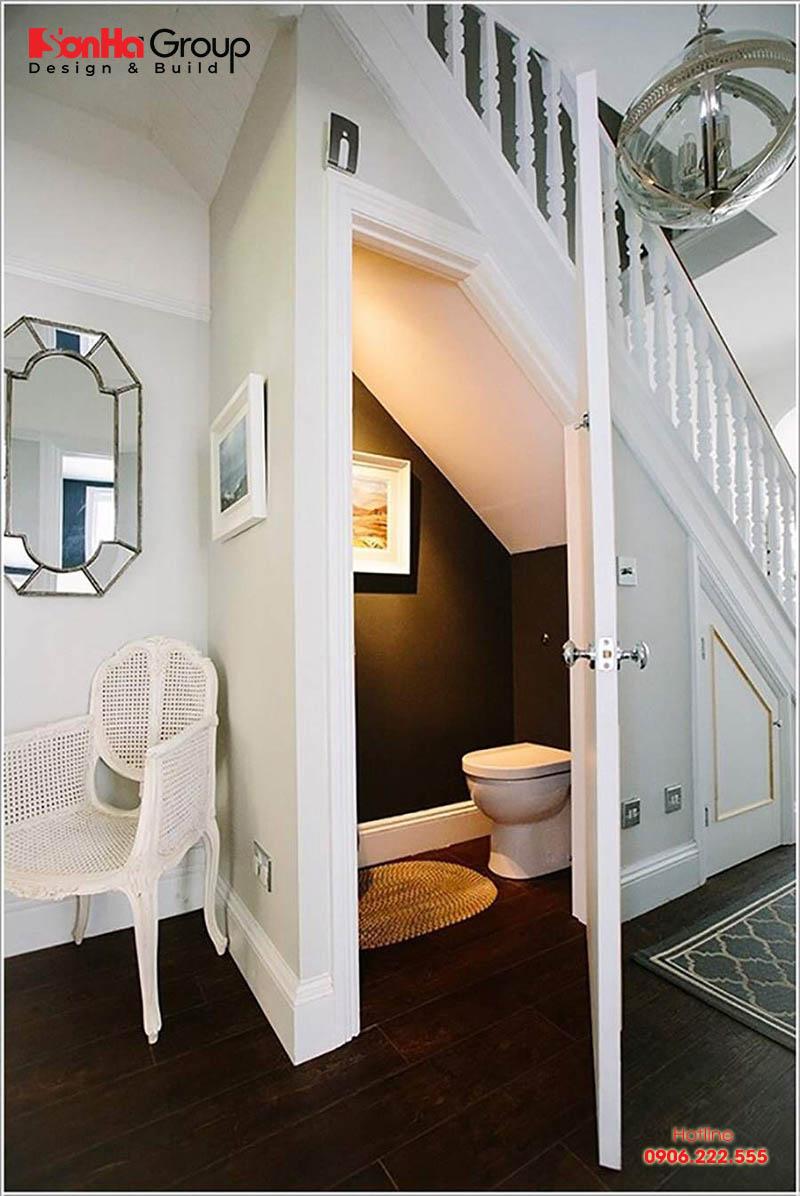 Mẫu thiết kế phòng vế sinh nhỏ xinh dưới gầm cầu thang nhà ống