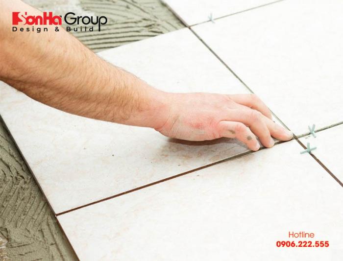 Trước khi thi công ốp lát gạch cần đảm bảo bề mặt phẳng và mịn màng