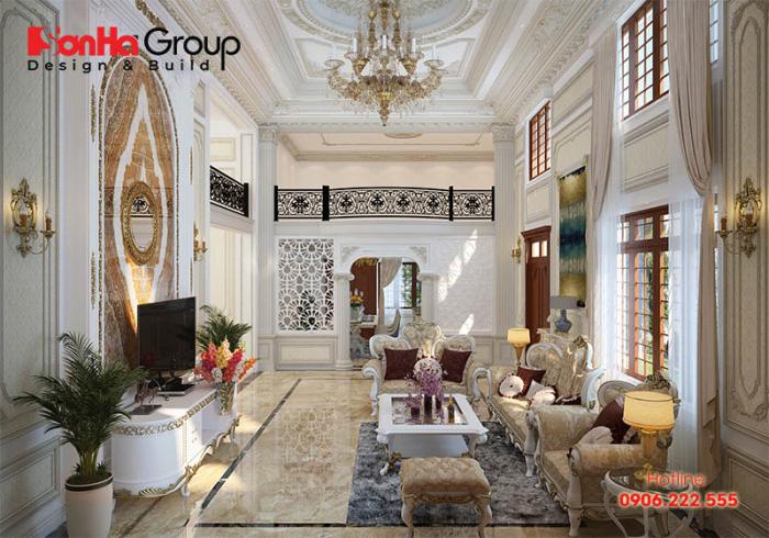 Điểm nhấn của căn phòng khách tân cổ điển đến từ bộ sofa bọc nệm êm ái thể hiện cá tính riêng biệt của gia chủ