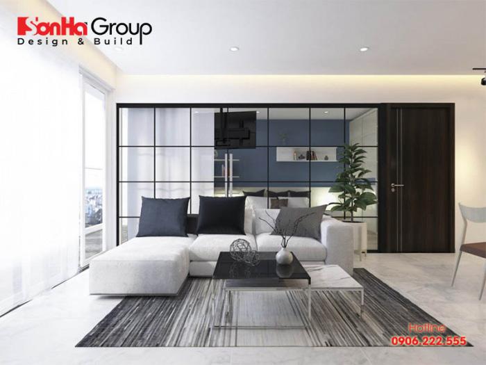 Không gian phòng khách của chung cư có diện tích rộng rãi được bày trí kiểu dáng sofa dài sát tường rất tiện nghi