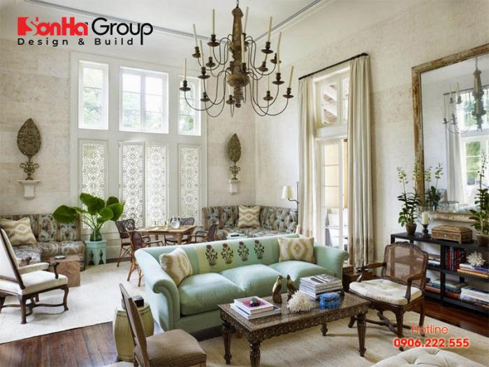 Một chiếc đèn chùm cổ cỡ lớn đặt chính giữa phòng khách sẽ đem đến cho không gian nhà bạn vẻ đẹp sang trọng