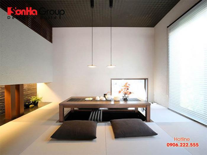 Phòng khách được thiết kế theo phong cách ngồi bệt là một kiểu kiến trúc đậm chất Á Đông