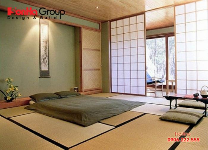 Trần và tường phòng ngủ kiểu Nhật thường được trang trí với những tấm gỗ với chất liệu nhẹ, màu sắc tươi sáng