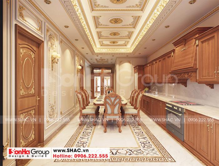 Khu vực bếp nấu của biệt thự được trang hoàng tủ bếp chữ L tiện dụng, bàn đảo bày trí thức ăn vô cùng ngăn nắp