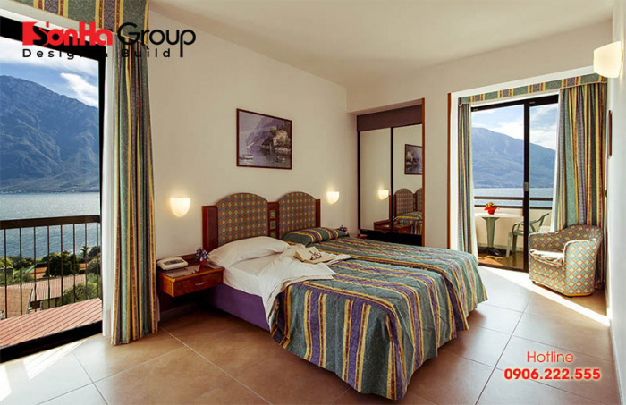 Căn phòng ngủ khách sạn 4 sao với thiết kế mở giúp du khách ngắm trọng phong cảnh thiên nhiên