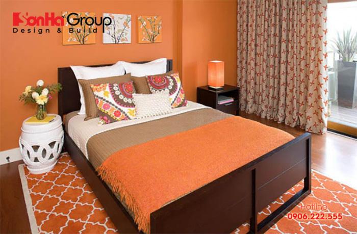 Căn phòng ngủ sử dụng gam màu da cam làm màu chủ đạo thể hiện cá tính riêng biệt của chủ nhân