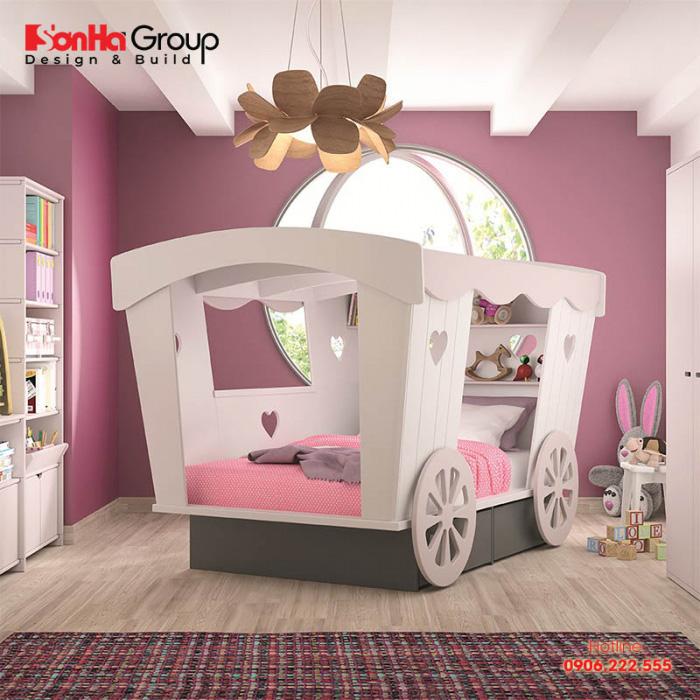 Chiếc giường ngủ được cách điệu giống như cỗ xe bí ngô của nàng công chúa lọ lem