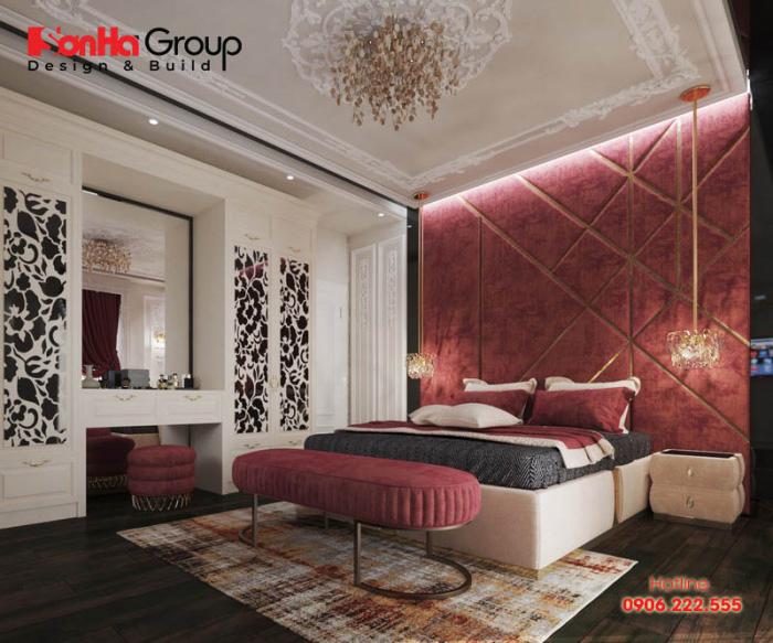 Đầu giường, ghế dài, ghế đẩu, khăn trải giường, rèm cửa… phủ tông màu đỏ sang trọng
