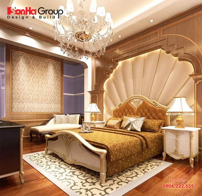 Điểm nhấn trong phòng ngủ mang phong cách nội thất hoàng gia là chiếc giường màu kem được thiết kế cầu kỳ ở phía đầu giường