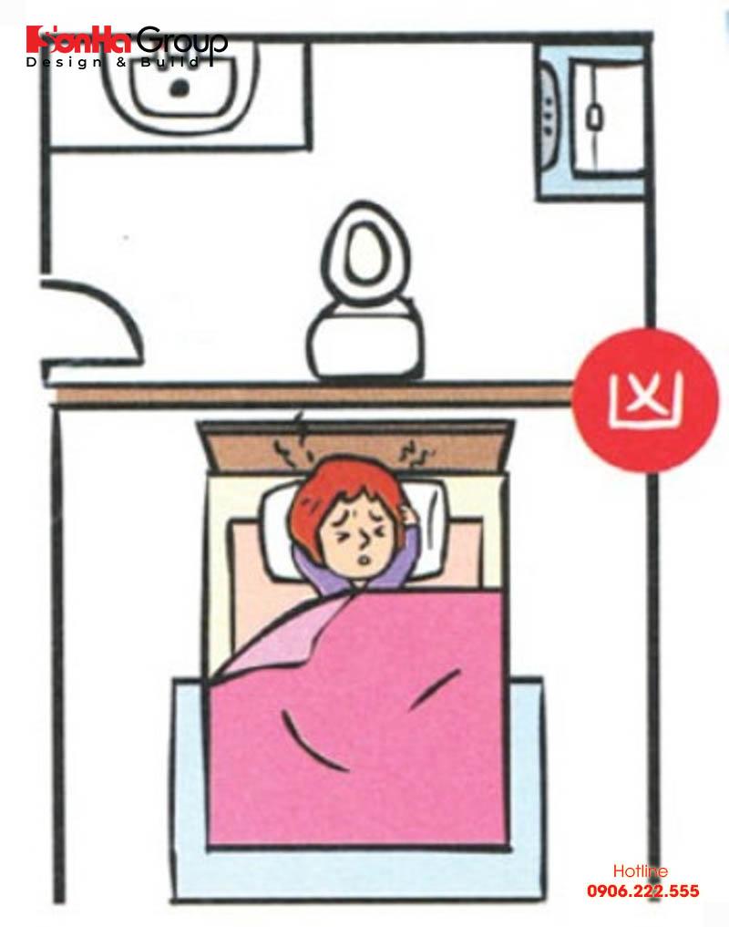 Giường không được đặt sát tường phòng tắm hoặc đối diện trực tiếp với cửa phòng tắm