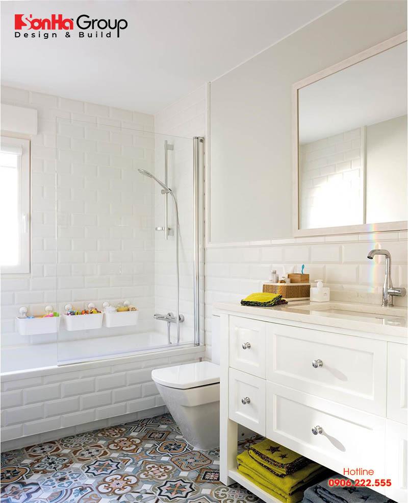 Nhờ tông màu trắng nên bạn sẽ có cảm giác phòng tắm không bao giờ lộn xộn và gò bó không gian
