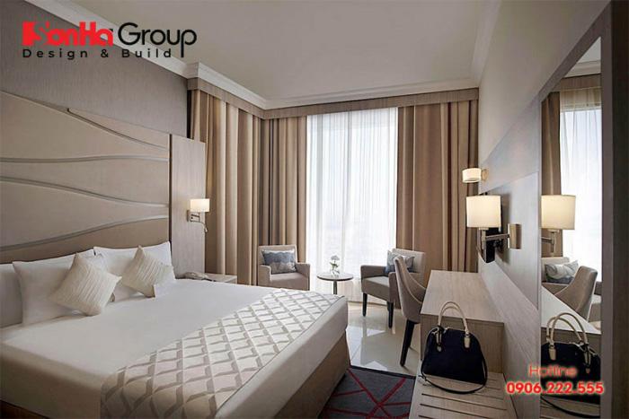 Những gam màu nhạt và trầm ấm luôn là xu hướng được ưa chuộng trong trang trí nội thất phòng ngủ khách sạn