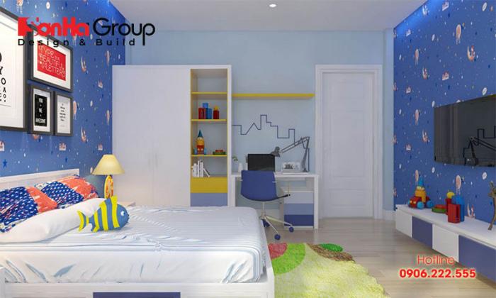 Sự kết hợp hài hòa giữa sắc trắng và xanh dương giúp căn phòng được mở rộng diện tích nhiều lần so với thực tế