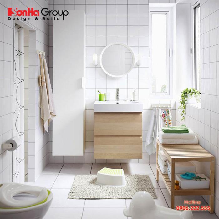 Với những căn phòng tắm nhỏ chỉ 2m2 bạn nên lựa chọn nội thất đơn giản theo phong cách hiện đại