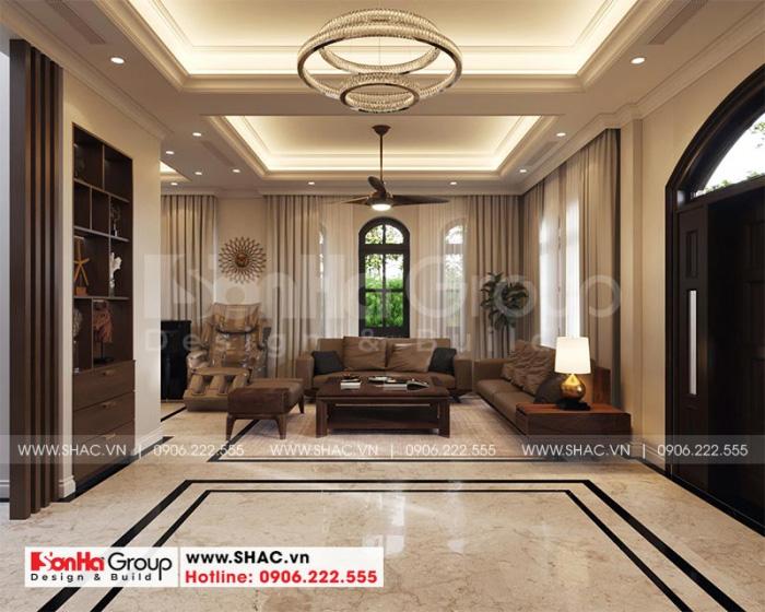 Căn phòng khách được bố trí ở trung tâm tầng 1 với vật liệu cao cấp, kết hợp nệm êm ái, tạo nên vẻ quyền quý cho ngôi biệt thự