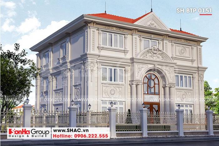 Không sử dụng nhiều các chi tiết rườm rà, kiến trúc ngôi biệt thự tân cổ điển vẫn thật nổi bật và thu hút sự chú ý