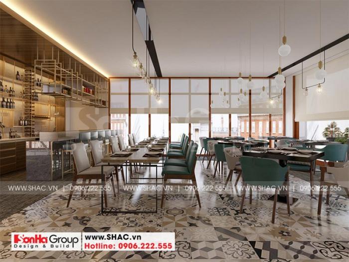 Cách bày trí hệ thống bàn ăn và ghế theo dãy bàn khoa học và hợp lý với diện tích của khu phòng ăn lớn này