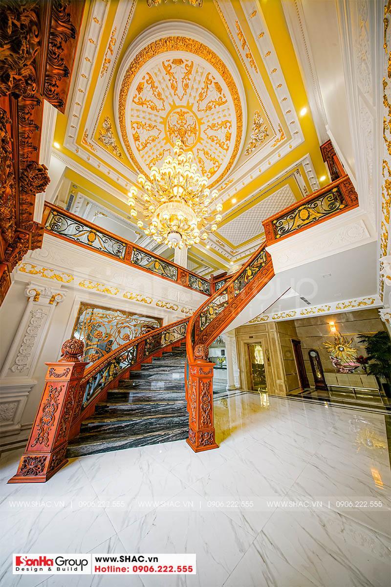 Hình ảnh thực tế sảng thang tạo hình đẹp của ngôi biệt thự 4 tầng này
