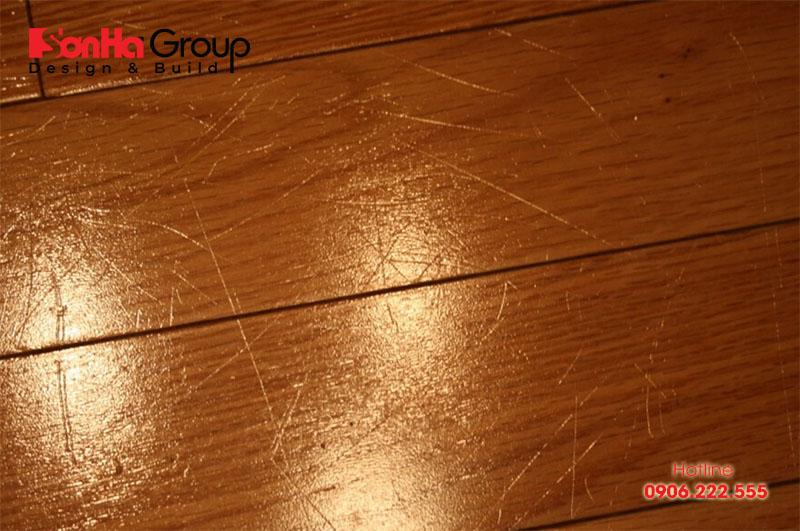 Trầy xước gây mất thẩm mỹ sàn gỗ và rất khó để xử lý