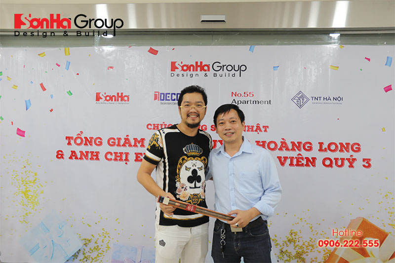 26 Tổng giám đốc Nguyễn Hoàng Long cùng khách hàng của Sơn Hà Group