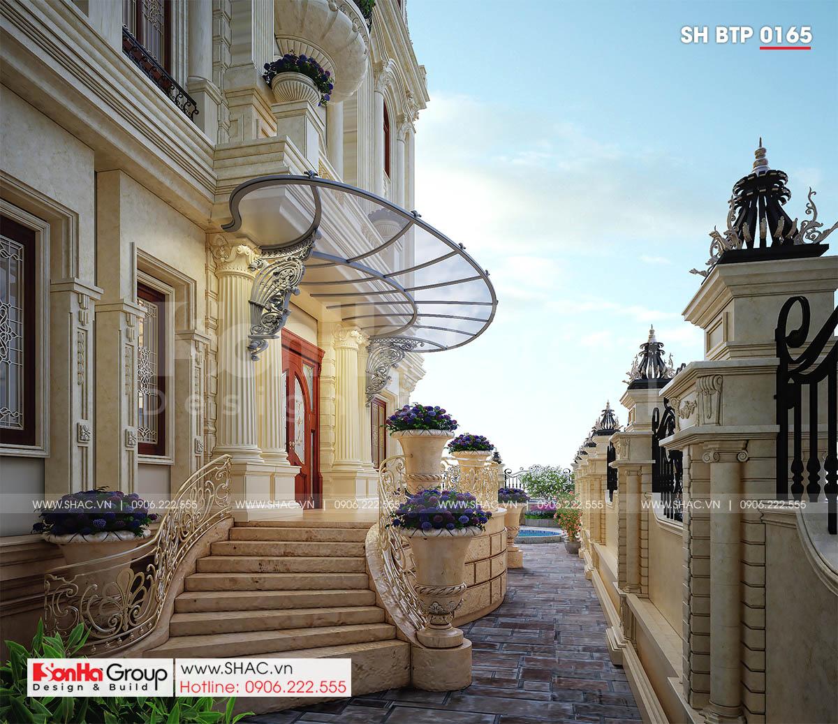 Sân vườn trong biệt thự tân cổ điển đẹp 4 tầng tại Đà Nẵng